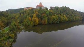 Κεραία που πλησιάζει το κάστρο 11 αιώνα επάνω η γέφυρα ποταμών, πτώση απόθεμα βίντεο