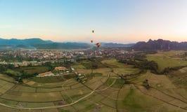 Κεραία: Προορισμός ταξιδιού Vieng Vang backpacker στο Λάος, Ασία Ηλιοβασίλεμα πέρα από τους φυσικούς απότομους βράχους και τις πυ στοκ εικόνες με δικαίωμα ελεύθερης χρήσης