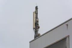 Κεραία, πύργος τηλεπικοινωνιών σε μια στέγη Στοκ Εικόνα