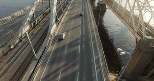 Κεραία, σε αργή κίνηση: γέφυρα που αγνοεί την ευρεία πίστα αγώνων βαριάς κυκλοφορίας κάτω από την κατασκευή στην πόλη των ψηλών φ απόθεμα βίντεο