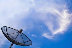 Κεραία στο μπλε ουρανό και το σύννεφο Στοκ Εικόνες