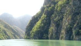 Κεραία στο φαράγγι επάνω από τον ποταμό απόθεμα βίντεο