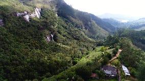 Κεραία της μικρής οργάνωσης στα βουνά κοντά στον καταρράκτη στη Σρι Λάνκα απόθεμα βίντεο
