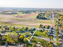 Κεραία της μικρής πόλης που περιβάλλεται από το καλλιεργήσιμο έδαφος σε Shrewsbury, Π στοκ εικόνες