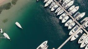 Κεραία της πρόσδεσης στο λιμάνι με πολλές βάρκες και τη λέσχη γιοτ απόθεμα βίντεο