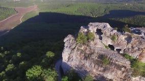 Κεραία της όμορφης μύγας σειράς βουνών πέρα από τον υψηλό απότομο βράχο πλάνο Επική ομορφιά τοπίων φύσης μεγάλου υψομέτρου κλίμακ απόθεμα βίντεο