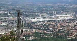 Κεραία τηλεπικοινωνιών πέρα από την απέραντη μητρόπολη στοκ εικόνες