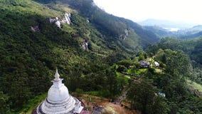 Κεραία του αρχαίου ναού στα βουνά στη Σρι Λάνκα φιλμ μικρού μήκους