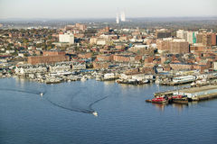 Κεραία του στο κέντρο της πόλης λιμανιού και του Πόρτλαντ Μαίην του Πόρτλαντ με την άποψη του ιατρικού κέντρου του Μαίην, της εμπ Στοκ Φωτογραφία