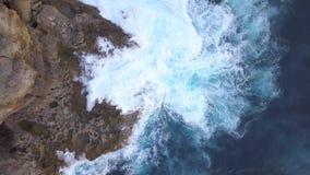 Κεραία: Φυσική λίμνη Billabong αγγέλων Μεγάλα μπλε κύματα θάλασσας που συντρίβουν στον απότομο βράχο βράχου στο τροπικό νησί 4K μ απόθεμα βίντεο