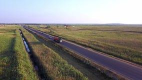ΚΕΡΑΙΑ: Βυτιοφόρο βενζίνης, ρυμουλκό πετρελαίου, φορτηγό στην εθνική οδό Πολύ γρήγορα οδηγώντας απόθεμα βίντεο