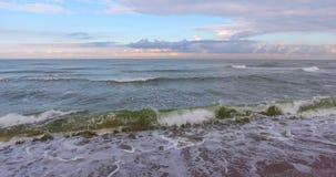 ΚΕΡΑΙΑ: ομαλά κύματα Στο χαμηλό υψόμετρο Πλευρική μετακίνηση απόθεμα βίντεο