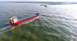 ΚΕΡΑΙΑ: Πέταγμα επάνω από το τεράστιο φορτηγό πλοίο απόθεμα βίντεο