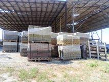 Κεραμίδια που συσσωρεύονται στις παλέτες Πλάκες επίστρωσης αποθηκών εμπορευμάτων στο εργοστάσιο για την παραγωγή του Στοκ Φωτογραφίες