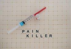 Κεραμίδια σε έναν δολοφόνο πόνου ορθογραφίας υπόλοιπου κόσμου με τη σύριγγα και το φιαλίδιο στοκ φωτογραφίες με δικαίωμα ελεύθερης χρήσης