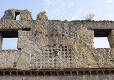 Κεραμίδι και πρόσωπο κινηματογραφήσεων σε πρώτο πλάνο έξω από τον τοίχο ενός σπιτιού Parco Archeologico Di Ercolano στοκ εικόνες με δικαίωμα ελεύθερης χρήσης