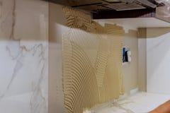 Κεραμίδι που τοποθετεί το κεραμικό κεραμίδι τοίχων σε θέση πέρα από την κόλλα Στοκ Φωτογραφίες