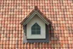 Κεραμίδι που τοποθετούνται στις σειρές ως στοιχείο στεγών με το παράθυρο στοκ φωτογραφίες με δικαίωμα ελεύθερης χρήσης
