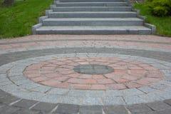 Κεραμίδια γρανίτη που σχεδιάζονται υπό μορφή κύκλου με μια έξοδο μέσω των βημάτων Άλλος που σημαίνει: όταν περπατάτε γύρω σε έναν Στοκ Φωτογραφίες