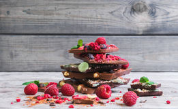 Κεραμίδια μιας σπασμένης έξοχης χειροποίητης σοκολάτας Στοκ εικόνα με δικαίωμα ελεύθερης χρήσης