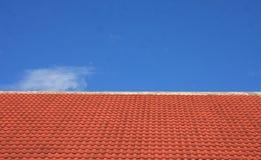 Κεραμίδια στεγών και υπόβαθρο μπλε ουρανού στοκ εικόνα