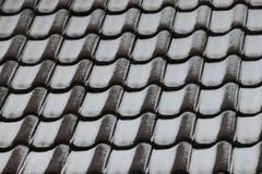 Κεραμίδια στεγών με τη σκόνη χιονιού Στοκ εικόνα με δικαίωμα ελεύθερης χρήσης