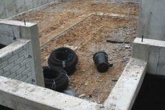 Κεραμίδι αγωγών και κατοικία φρεατίων στο υπόγειο Στοκ Εικόνα