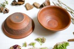 κεραμικά διακοσμητικά πιάτα αργίλου πιάτων στον άσπρο ξύλινο πίνακα Στοκ Εικόνες
