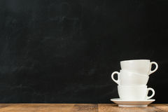 Κεραμικά καθαρά φλυτζάνια καφέ latte που συσσωρεύονται Στοκ εικόνα με δικαίωμα ελεύθερης χρήσης