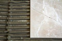 Κεραμικά κεραμίδια και εργαλεία για tiler Εγκατάσταση κεραμιδιών πατωμάτων Εγχώρια βελτίωση, ανακαίνιση - κόλλα πατωμάτων κεραμικ Στοκ Εικόνες