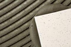 Κεραμικά κεραμίδια και εργαλεία για tiler Εγκατάσταση κεραμιδιών πατωμάτων Εγχώρια βελτίωση, ανακαίνιση - κόλλα πατωμάτων κεραμικ Στοκ φωτογραφίες με δικαίωμα ελεύθερης χρήσης
