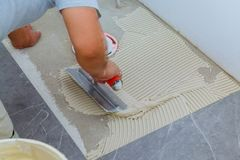 Κεραμικά κεραμίδια και εργαλεία για tiler Εγκατάσταση κεραμιδιών πατωμάτων Εγχώρια βελτίωση, ανακαίνιση στοκ εικόνες