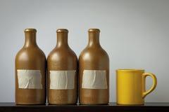 Κεραμικά μπουκάλια και ένα φλυτζάνι Στοκ εικόνες με δικαίωμα ελεύθερης χρήσης