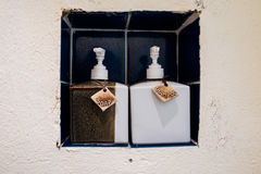 Κεραμικά μπουκάλια σαπουνιών και σαμπουάν Στοκ εικόνες με δικαίωμα ελεύθερης χρήσης