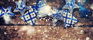 Κεραμικά παιχνίδια δέντρων του FIR Συρμένο χιόνι Υπόβαθρο για το σχέδιο Ιστού Στοκ Φωτογραφία