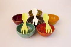 Κεραμικά πιάτα με Sporks Στοκ Εικόνες