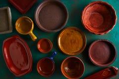 Κεραμικά πιάτα πιάτων επιτραπέζιου σκεύους σε βρώμικο στοκ φωτογραφίες