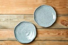 Κεραμικά πιάτα στο υπόβαθρο Στοκ Εικόνες