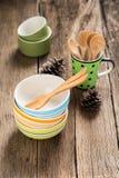 Κεραμικά φλυτζάνια και ξύλινα κουτάλια Στοκ φωτογραφία με δικαίωμα ελεύθερης χρήσης