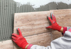 κεραμικά ceranic κεραμίδια σύστασης Tiler που τοποθετεί το κεραμικό κεραμίδι τοίχων σε θέση Στοκ Φωτογραφία