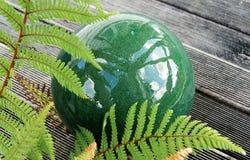 Κεραμικές πράσινες σφαίρα και φτέρη Στοκ φωτογραφίες με δικαίωμα ελεύθερης χρήσης
