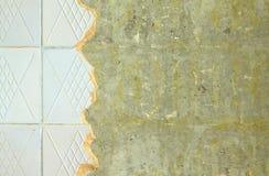Κεραμική επικεράμωση στην επισκευή του τοίχου δωματίων στοκ φωτογραφία με δικαίωμα ελεύθερης χρήσης