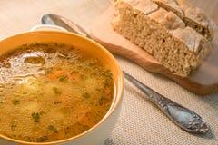 Κεραμική κατσαρόλλα με τη σούπα διατροφής Στοκ εικόνα με δικαίωμα ελεύθερης χρήσης