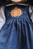 Κεραμική κούκλα brunette πορσελάνης χειροποίητη στο μπλε φόρεμα τζιν με την κεντητική Στοκ φωτογραφία με δικαίωμα ελεύθερης χρήσης