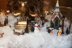 Κεραμική μικρογραφία Χριστουγέννων παιχνιδιών με τη χιονισμένη πόλη στοκ φωτογραφία με δικαίωμα ελεύθερης χρήσης