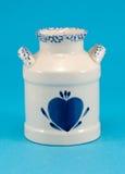 Κεραμική vase μπλε καρδιά πιάτων στην μπλε ανασκόπηση Στοκ φωτογραφία με δικαίωμα ελεύθερης χρήσης