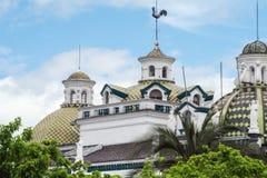 Κεραμικοί θόλοι του μητροπολιτικού καθεδρικού ναού του Κουίτο στοκ εικόνα με δικαίωμα ελεύθερης χρήσης