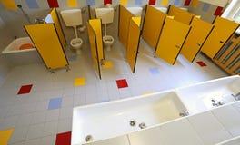 Κεραμικοί τουαλέτες και νεροχύτες στο λουτρό του παιδικού σταθμού στοκ φωτογραφίες με δικαίωμα ελεύθερης χρήσης