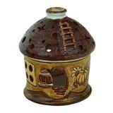 Κεραμικός άργιλος κηροπηγίων χειροποίητος σε ένα μικρό σπίτι Ένα κερί είναι Στοκ Φωτογραφία