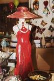 Κεραμικό άγαλμα υπό μορφή γυναίκας σε ένα κόκκινο φόρεμα στοκ φωτογραφίες με δικαίωμα ελεύθερης χρήσης